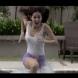 Видео на момиче, което върви по вода