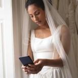 Точно по средата на церемонията, булката вместо сватбен обет, прочете съобщенията на неверния младоженец и ето какво се случи!