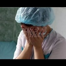 Сестрата взе новороденото бебе, но като го погледна изрева на умряло и започна да умолява майка да го остави