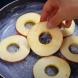 Нарязах няколко кръгчета ябълки в тигана, сложих сместа от брашно и кисело мляко и стана най- вкусния есенен сладкиш