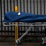 Трагедия! Мъж на 33 г. с COVID-19 почина, докато чака линейката с часове