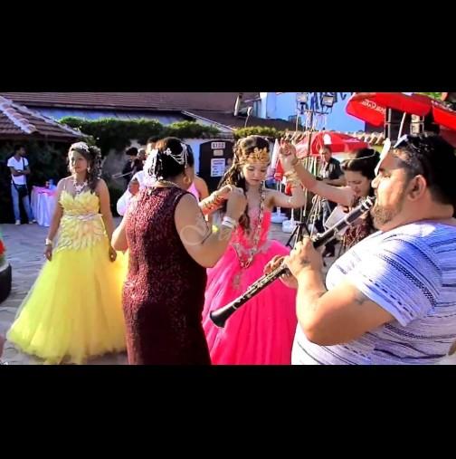 Ромската сватба на годината! Вижте невероятната рокля на булката, издокарана с корона и златни накити (Снимки):