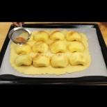 Наредих ябълките върху тестото и поръсих с канела, е няма такава нежна наслада и ефирен вкус (видео)