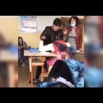 Потресаващо ВИДЕО: Учителка бие и скубе ученичка в клас, колежката ѝ крещи обиди (ВИДЕО):