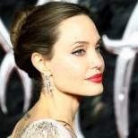 Отново неотразима-Стилната бяла рокля на Анджелина Джоли на разходка-Снимки