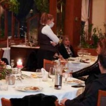 Спипаха 60 души от ВИП-а на тайно парти в столичен хотел - вижте как пируват нарушителите (Снимки):