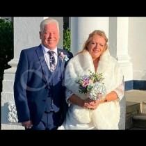 Младоженец видя телефона си след сватбата и това промени съдбата му