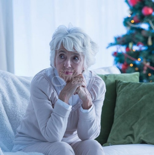 Самотната Коледа на една възрастна жена, чийто син не ѝ се обади за празниците