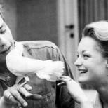 Дъщерите на Ален Делон и Роми Шнайдер се запознаха публично-Снимка