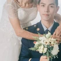 Снимката на възрастна жена в булчинска рокля и младо момче предизвика емоции, а истината разплака всички