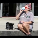 Познавате ли тази жена? Навремето бе звездата на Холивуд, а сега си пие кафето на тротоара (Снимки):