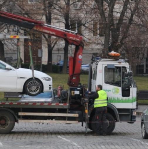 Паяк вдигна кола, заедно с детето в нея-Снимка