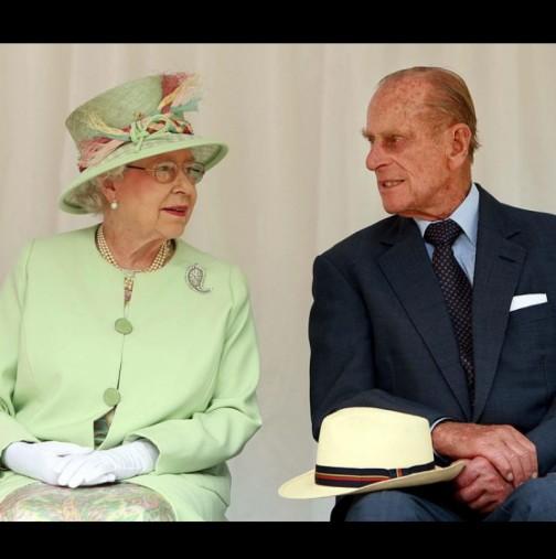 Разтърсваща снимка на ридаещата кралица Елизабет обиколи света (Снимка):
