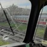 Цигани спряха влак и го нападнаха с камъни-Видео