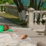 Шениз и Джерен политат от балкона
