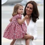 Принцеса Шарлот все повече прилича на кралица Елизабет - направо одра кожата на прабаба си! (Снимки):