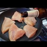 Перфектният бърз обяд от пилешки гърди: Просто нарежете, подправете и налейте бира! За минути става: