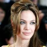 Жълтата ефирна рокля на Анджелина Джоли, придружавана от дъщеря ѝ Джон-Снимки