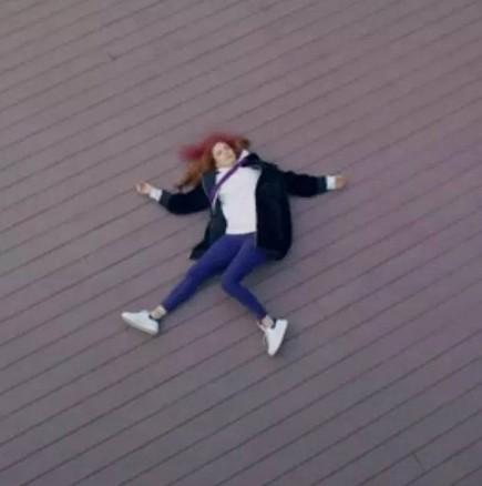 Утре в Завинаги-Агях изхвърля всички спомени и подаръци от брат си, Шениз пада от покрива на хотела