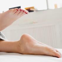 Само ЕДНА съставка, която имате в кухнята и ще превърнете грубата кожа на петите ви в нежно кадифе!