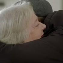 Майка и син се събраха след 52 години раздяла, след като майката е забременяла на 14-Видео и снимки