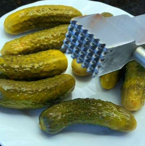 Никога няма да ви хрумне да направите ТОВА с киселите краставички - жалко, адски е вкусно!