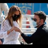 Като булка и младоженец! Дженифър Лопес и Бен Афлек в страстна целувка на червения килим (СНИМКИ)