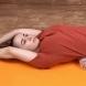 Лежа на кърпа за 5 минути, за да изправя гърба си и да махна корема си- японска техника, която работи безотказано