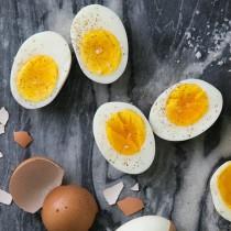 Ето какво да направите, преди да сварите яйцата – ще станат по-вкусни и се белят по-лесно!