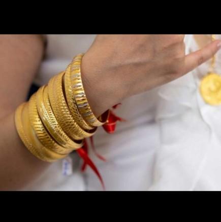 Крехка 40-килограмова булка се закичи с 60 килограма злато в сватбения си ден! (Снимки):