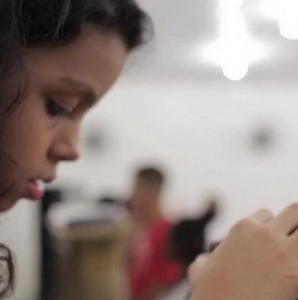 Видео на малко момиче със свръхестествени способности - лекува от рак и СПИН!