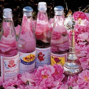 Полезните и магични свойства на розовата вода върху кожта