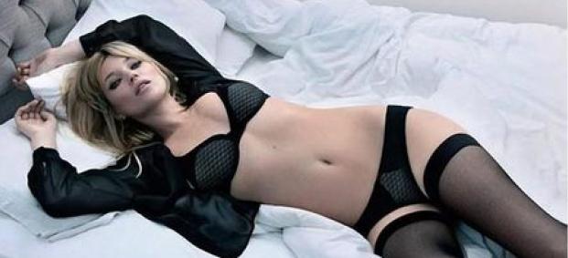 Кейт Мос нагорещи коледната обстановка с чувствено бельо