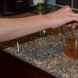 Тест за фалшива кафява захар в чаша вода