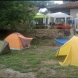 Учителка организира палатков лагер и настани ученици в двора на къщата си