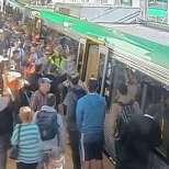 Силата на единството! Пътници бутат влак, за да освободят заклещен мъж-видео
