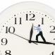 Местим стрелките на часовника с един час в ...