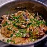 Пилешки бутчета с гъбен сос и див лук