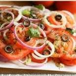 Салата от маслини и домати