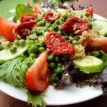 Салата с кафяв ориз, грах и сушени домати