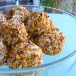 Солени бонбони със сирена и ядки
