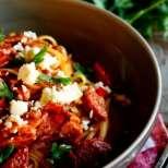 Паста с чоризо и домати