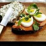 Сандвич с пушена сьомга и яйца