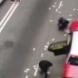 Вижте как милиони долара се изсипват на пътя, а шофьори събират и натъпкват в джобовете си - Видео