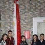 Вижте сръчните ученици от втори клас, които извезаха мартеница, дълга 3 метра!