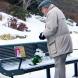 Историята, която разплака света: Всеки ден на тази пейка един дядо носи букет цветя