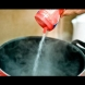 Дали цял живот солите ястията по грешния начин? Ето доказателството (Видео)