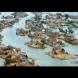 Град, пълен с малки острови: Тези хора живеят в къщи, които плават по водата (Видео)