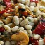 Бобена салата с печени чушки