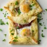 Палачинкови квадрати с шунка и яйце
